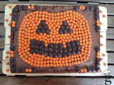 Este pastel es muy sencillo, una base sencilla de bizcocho y unos lacasitos, nada más casi :)